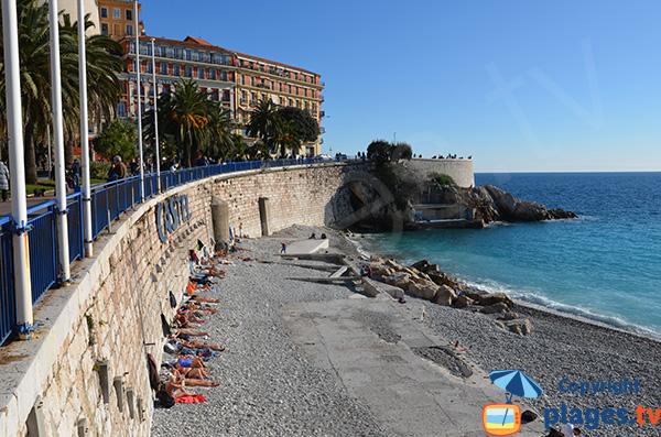 Bronzage sur la plage de Nice en Janvier