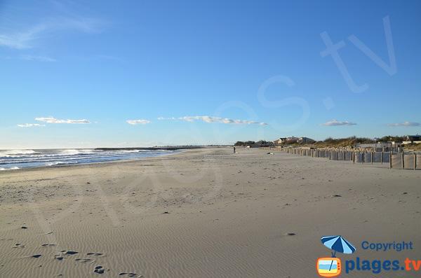 Plage avec son sable lissé par le vent aux Saintes Maries de la Mer