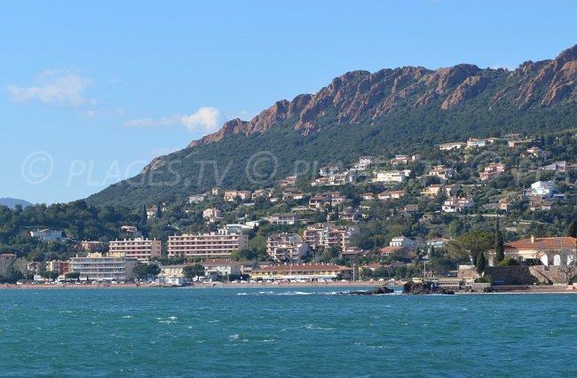 Centre-ville d'Agay vue depuis la mer