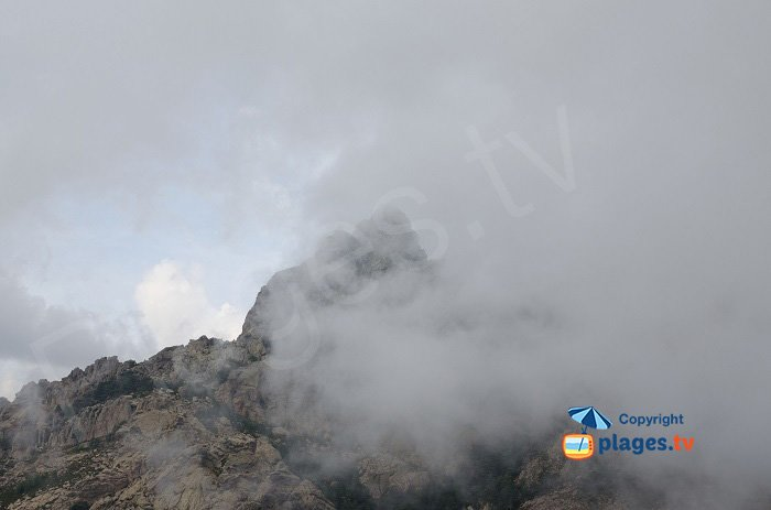 Aiguille de Bavella dans le brouillard