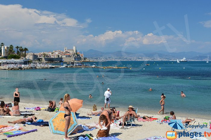 Folla sulla spiaggia di Antibes - Francia