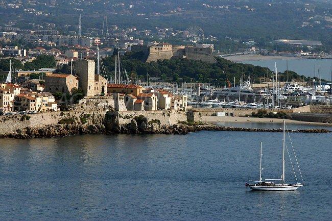 Antibes: la vieille ville, le port et le fort carré