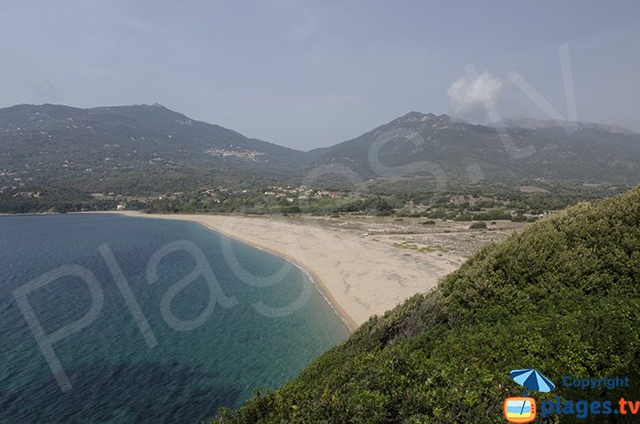 Baie de Baracci avec sa plage au fond du golfe de Valinco