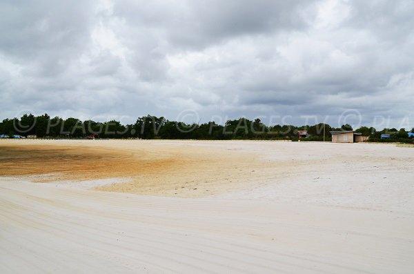 Plage au bord du bassin de baignade de Lanton
