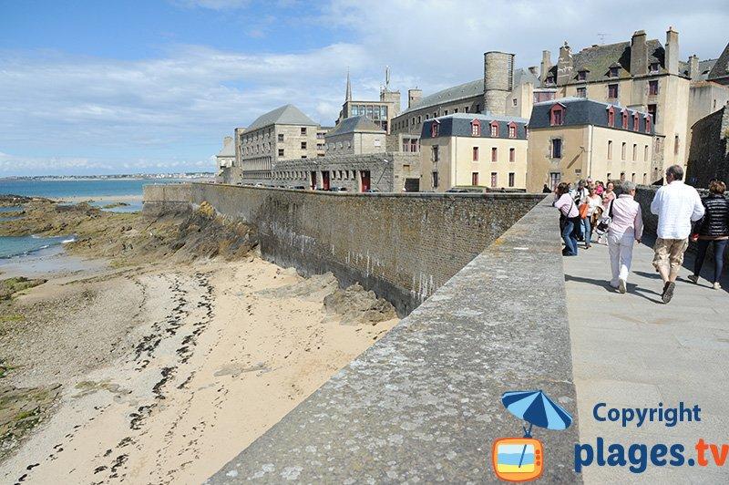 St Malo sur les remparts au niveau de la plage de l'Eventail