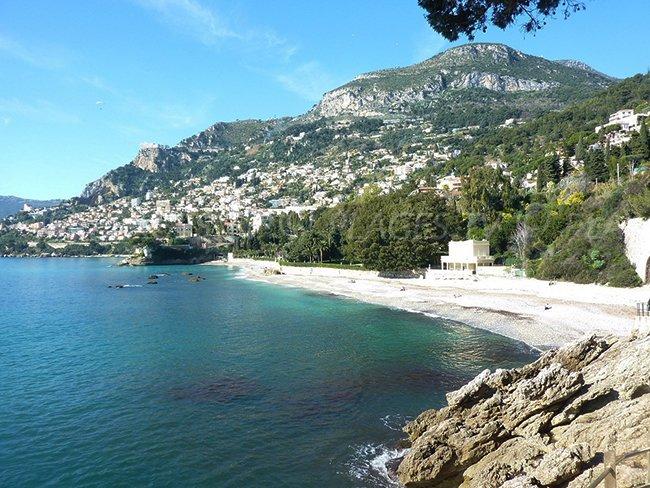 Première plage en venant du sentier du littoral du Cap Martin