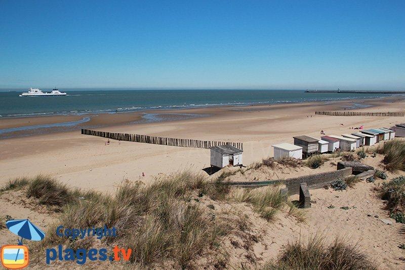 La grande plage de Calais avec un bateau venant de l'Angleterre