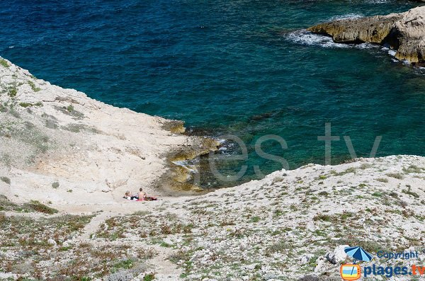 Gravel beach in the calanque of Cap Frioul