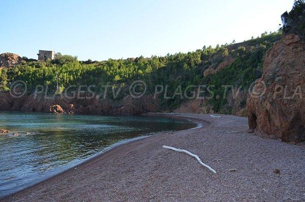Plage de galets au Trayas dans la calanque de Maubois
