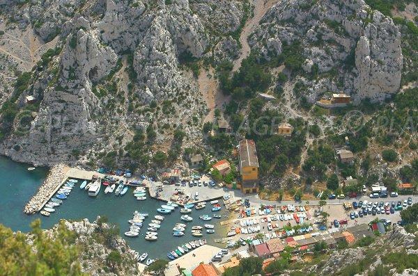 Vue générale de la calanque de Morgiou et de son port