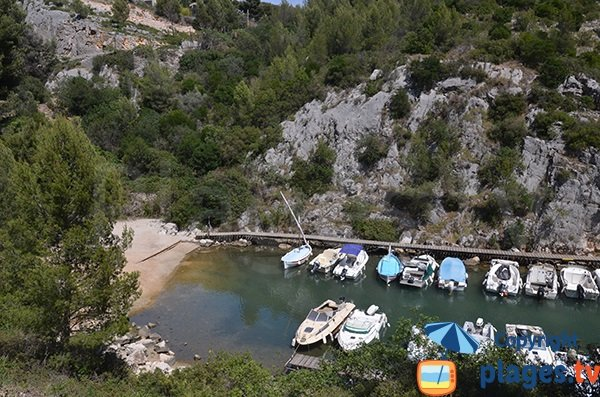 Photo of the beach in the Port Miou calanque in Cassis