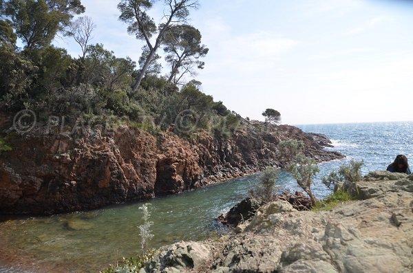 Calanque au Dramont à proximité du port du Poussai