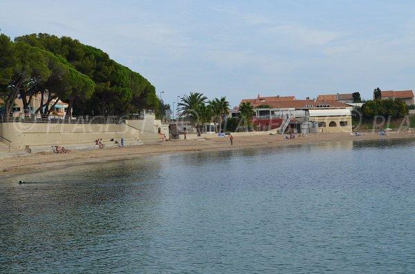 Vue sur la plage de sable dans le centre des Issambres face à la jetée