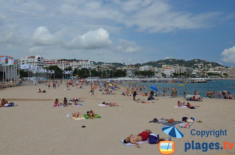 Cannes : la plage au niveau du Palais du festival
