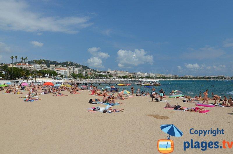 La plage publique au niveau du palais des festivals de Cannes
