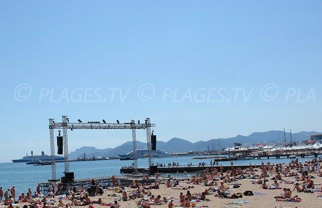 Plage publique de Cannes avec ses yachts dans la baie