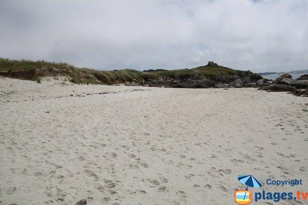 Grande plage de sable peu fréquentée sur l'ile de Batz