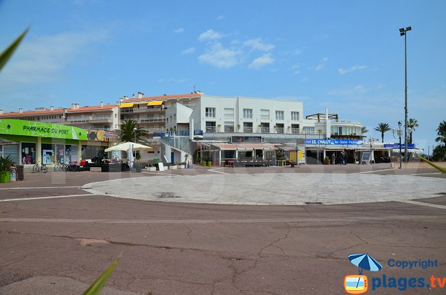 Restaurants and shops next to the port of St Cyprien