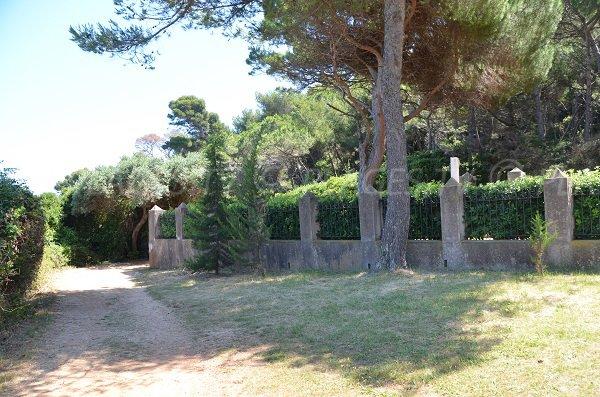 Accès se situe en face du cimetière communal de l'île de sainte