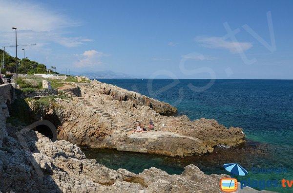 Swimming in the rocks near Garoupe beach