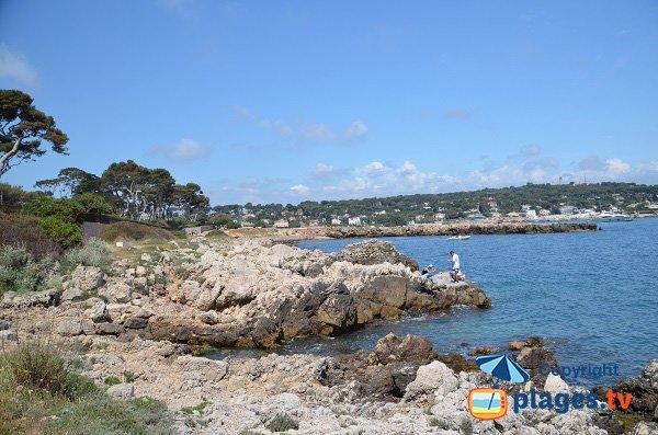 Rochers à proximité de la plage de la garoupe le long du sentier des douaniers