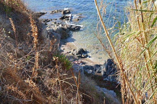 Crique sur le sentier du littoral près de la plage de Graniers