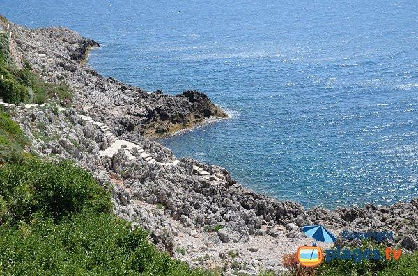 Plage de galets proche du phare du Cap Ferrat
