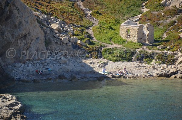 Crique en galets à l'Ile Rousse - Pietra