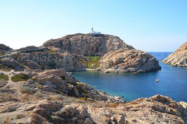Photo de la crique de la Pietra avec le phare - L'Ile Rousse
