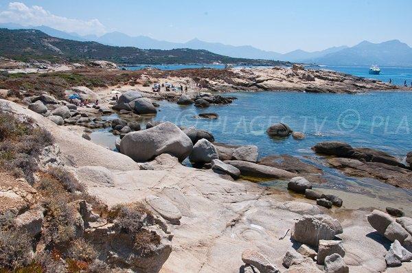 Crique avec de gros rochers en Corse - Punta di Spanu