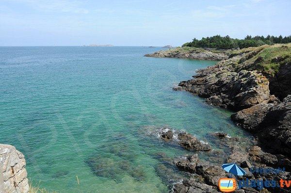 Crique de la Roche Pelée à marée haute - Dinard