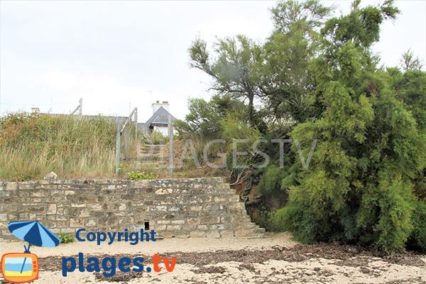 Accès au sentier côtier depuis une crique de Séné