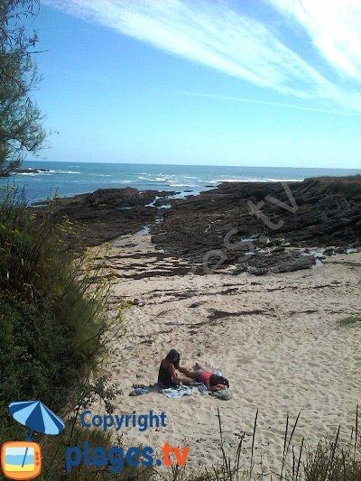 Accès à la mer à marée basse sur une crique de Groix