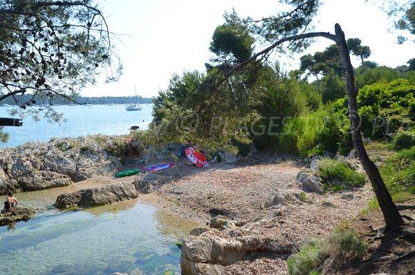 Crique agréable sur l'île de Saint Honorat