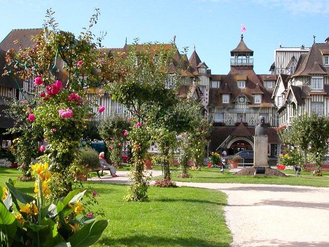 Le célèbre hôtel Barrière de Deauville avec un jardin