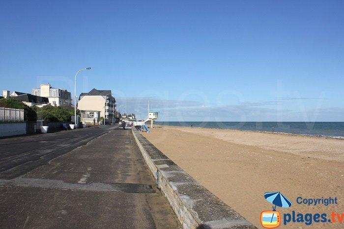 La plage de Lion sur Mer et sa digue promenade - Côte de Nacre