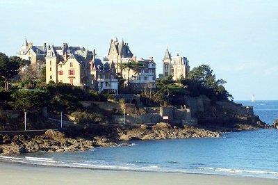Plage de Dinard avec de belles villas