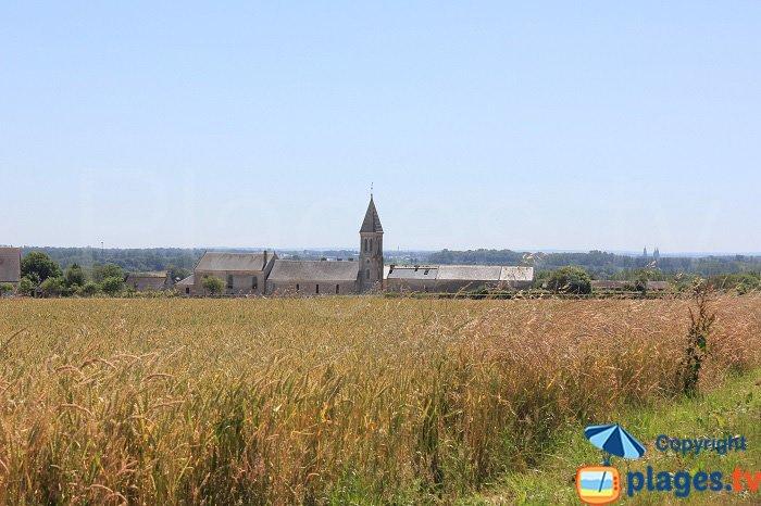 Longues sur Mer et son église dans la campagne normande