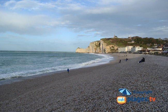 Etretat et sa plage avec les falaises