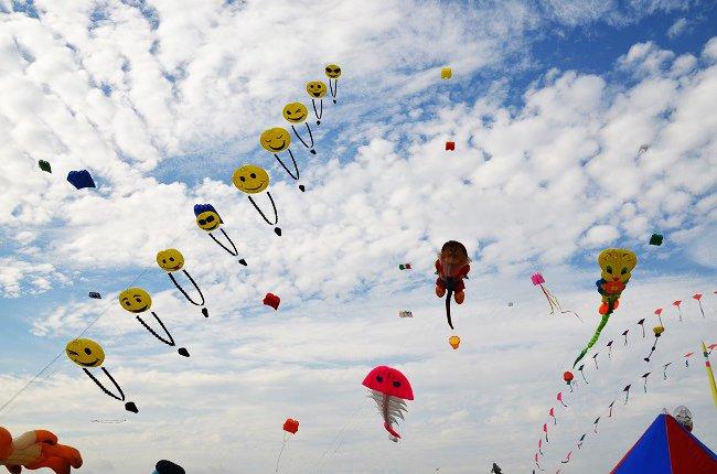 Cerfs volants pendant le festival du vent de Fréjus