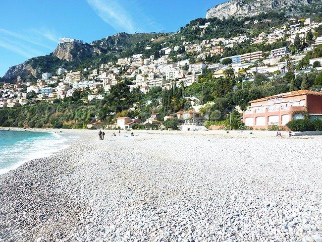 Golfe Bleu du Cap Martin - une plage de galets avec vue sur Monaco