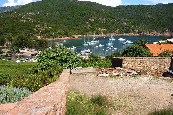 Vue sur le golfe de Girolata depuis le village