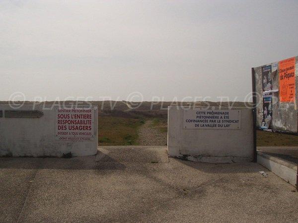 Accès à la Grand Plage de La Faute par un sentier à travers les dunes