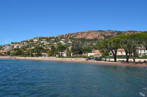 Grande plage d'Agay avec l'Esterel en fond