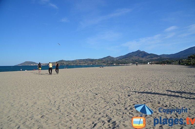 La plage dans le centre d'Argeles avec les montagnes