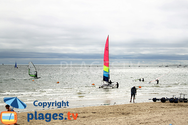 Catamaran sur la grande plage de Damgan