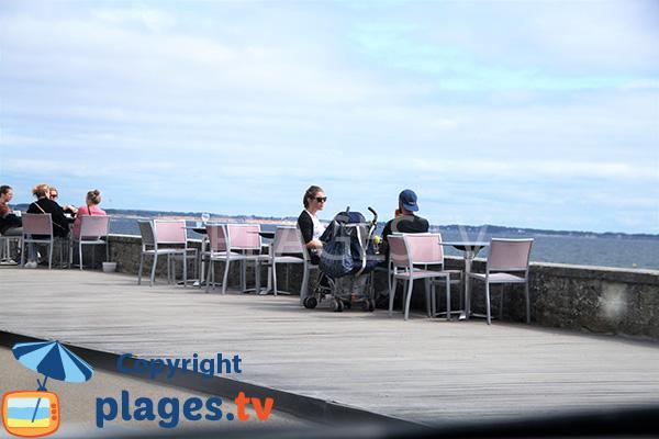 Bar au bord de la Grande Plage de Damgan