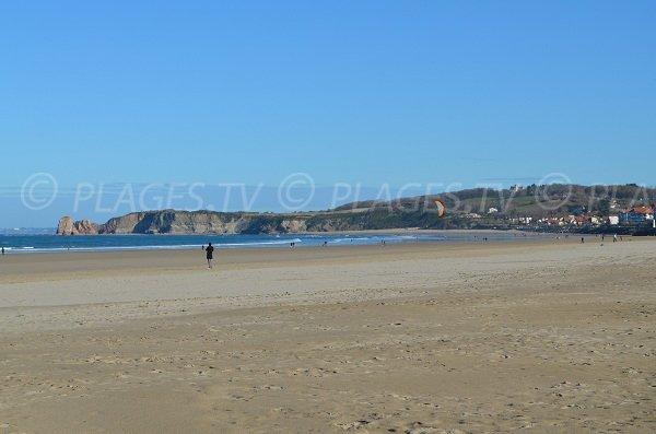 Grande plage d'Hendaye avec vue sur les rochers des deux jumeaux