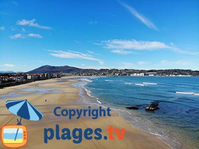 Grande plage d'Hendaye avec vue sur la ville