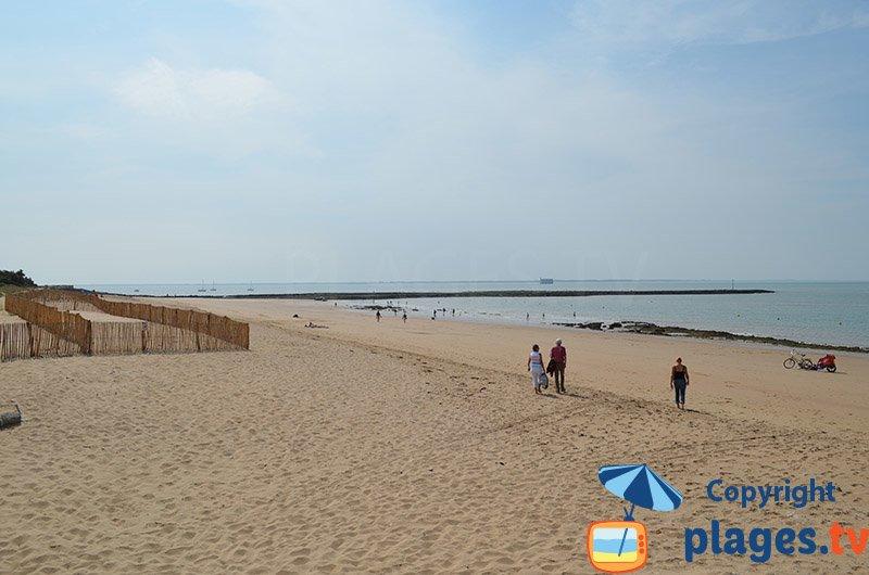 Grande plage de l'ile d'Aix avec Fort Boyard